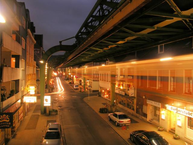 výbojkové osvětlení v ulici