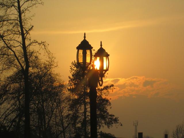 pouliční lampa v odrazu slunce